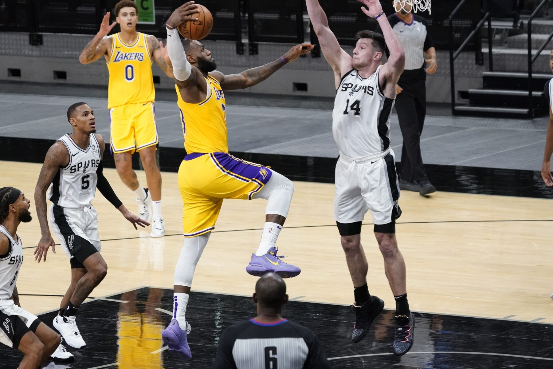 LeBron James Lakers Spurs